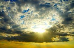 Le soleil de witn de nuages inférieurs Photos stock