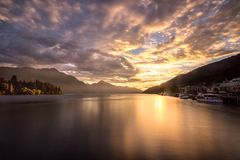 Le soleil derrière les montagnes images stock