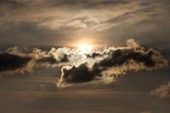 Le soleil derrière les nuages Photo libre de droits