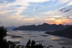 Le soleil descendu au-dessus des montagnes Image libre de droits