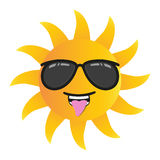 Le soleil drôle heureux de bande dessinée souriant avec des lunettes de soleil a isolé l'illustration de vecteur sur le fond blan Photos stock