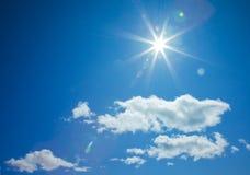 Le soleil en forme d'étoile en ciel bleu Images libres de droits