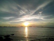 Le soleil en mer Images stock