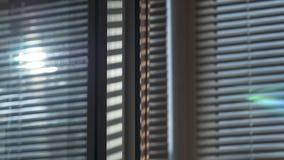 Le soleil est brillant par les abat-jour Photographie stock libre de droits