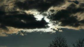 Le soleil est derrière les nuages noirs Pleine lune banque de vidéos
