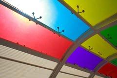 Le soleil est les vitraux brillants de couleur de fond Image stock