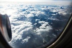 Le soleil et le ciel dans des montagnes lèvent le côté avec le moteur 6 Photographie stock libre de droits