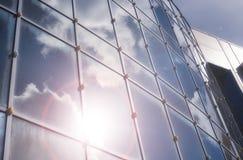 Le soleil et le ciel dans un bâtiment en verre Photo libre de droits