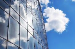 Le soleil et le ciel dans un bâtiment en verre Photo stock