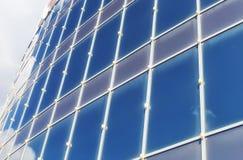 Le soleil et le ciel dans un bâtiment en verre Photographie stock