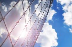 Le soleil et le ciel dans un bâtiment en verre Photographie stock libre de droits
