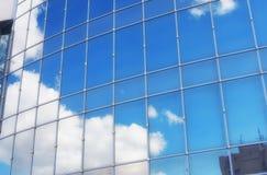 Le soleil et le ciel dans un bâtiment en verre Photos stock