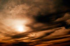 Le soleil et les nuages noirs. Photo stock