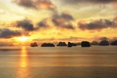 Le soleil et rayons de soleil d'or au-dessus d'océan Photographie stock libre de droits