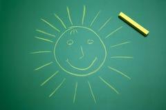 Le soleil heureux jaune sur le panneau d'école Photos stock