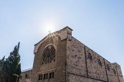 Le soleil illumine la croix sainte à un monastère chrétien situé sur la rue de Derekh Shechem - route de Nablus - à Jérusalem, Is photos libres de droits
