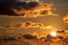 Le soleil jaune au coucher du soleil au-dessus de la mer des Caraïbes photos libres de droits