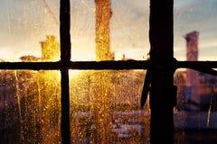 Fenêtre souillée par éclairage arrière de Sun d'après-midi Photographie stock
