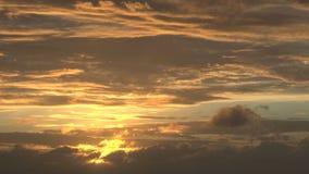 Le soleil jaune lumineux en ciel nuageux banque de vidéos