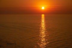 Le soleil levé au-dessus de la mer Photos stock
