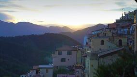 Le Soleil Levant illumine les toits d'une ville médiévale dans les montagnes banque de vidéos