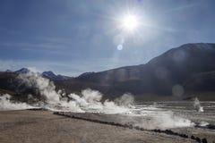 Le Soleil Levant lumineux au-dessus d'éclater le geyser chaud de la vapeur en geysers d'EL Tatio mettent en place au lever de sol image libre de droits