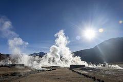 Le Soleil Levant lumineux au-dessus d'éclater le geyser chaud de la vapeur en geysers d'EL Tatio mettent en place au lever de sol photos stock