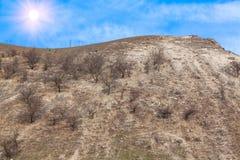 Le soleil lumineux au-dessus de la colline Images libres de droits