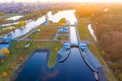 Le soleil lumineux brillant au-dessus de ramer l'antenne de dock Sports dans la ville photographie stock