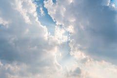 Le soleil lumineux de beau fond brille par des nuages, rayon léger photographie stock