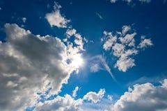 Le soleil lumineux en beaux cumulus image libre de droits