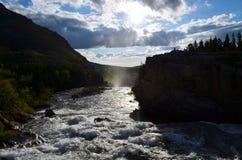 Le soleil montant devant l'eau rapide ! Images libres de droits