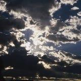 le soleil, nuages, coucher du soleil, arbres, nature Photographie stock libre de droits