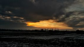 le soleil opacifie l'hiver de la Pologne de coucher du soleil Photos stock