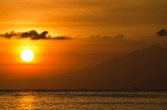 Le soleil orange avec une lueur d'or - Lombok, Bali Photos stock