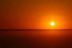 Le soleil orange plaçant au-dessus de la banque de brouillard Images libres de droits
