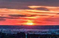Le soleil orange réglé après longue journée Image libre de droits