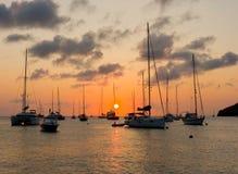 Le soleil plaçant au-dessus de la baie d'amirauté photographie stock