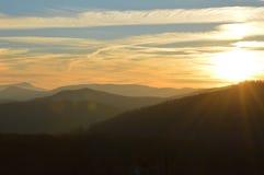 Le soleil plaçant au-dessus des dessus de la chaîne des Appalaches en Caroline du Nord Image stock