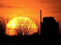Le soleil place au-dessus de l'horizon d'une ville en Hollande image libre de droits