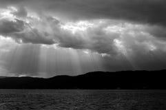 Le soleil rayonne par les nuages photos libres de droits