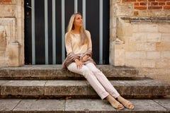 Le soleil roman médiéval se reposant de soirée de porte d'escaliers de fille photographie stock