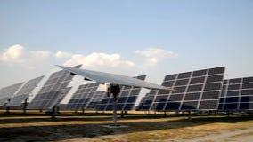 Le soleil rotatoire mécanisé dépistant des panneaux de centrale solaire banque de vidéos