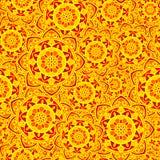 Le soleil rouge de fleur de modèle de jaune sans couture de mandala Photographie stock libre de droits