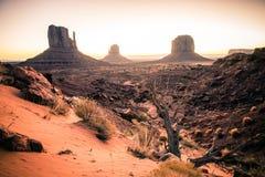 Le soleil rougeoie dans la distance en vallée de monument de Sedona Photos stock