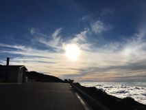 Le soleil rougeoyant haut dans le ciel Photos libres de droits