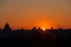 le soleil se lève au-dessus de l'horizon Photo libre de droits