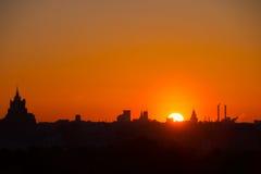le soleil se lève au-dessus de l'horizon Images stock