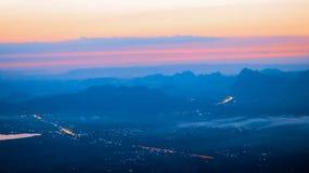 Le soleil se lève pendant le matin sur une haute montagne photos stock