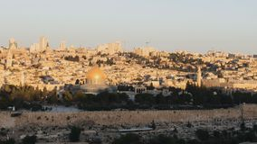 Le soleil se levant au dôme de la roche à Jérusalem banque de vidéos